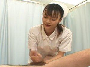 両手骨折した患者の下の世話を手コキでしてあげるナース