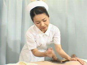 新米看護婦に手コキの見本を見せる経験豊富な熟女看護婦