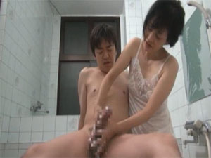 浅井舞香 熟女母が息子のチンポをスロー洗体手コキ