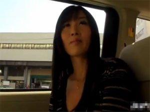 大槻ひびきが逆ナンパした素人男性をタクシーの中で手コキ!