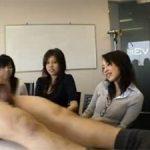 男がテーブルの上で全裸でシコシコして射精する所を見届ける素人女性3人組