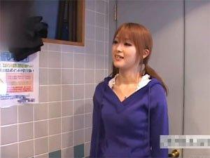 失禁したサラリーマンをトイレでクイック口洗いするちんぽ洗い屋