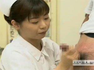 男性器に湿疹の塗薬を塗りながら手コキして射精させる看護婦さん