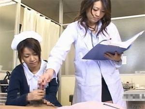 包茎チンポの注意事項を手コキしながら説明する看護婦さんと女医