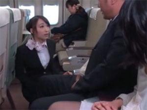 勃起してシートベルトが締まらない乗客のチンポをしゃぶるCA