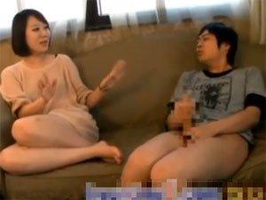 突然のセンズリ鑑賞に戸惑う韓国の素人娘