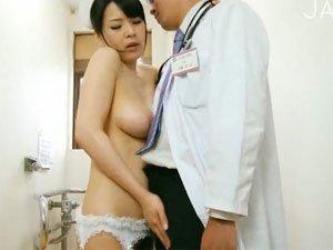 研修医のチンポにしゃぶりついてフェラ抜きする巨乳ナース