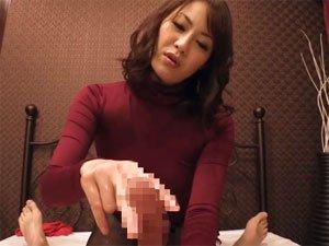 亀頭を2本指で挟む気持ち良過ぎる痴熟女のスローな手コキ  広瀬奈々美