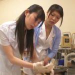 先輩の指導を仰ぎながら患者にゴム手袋手コキする新人看護師