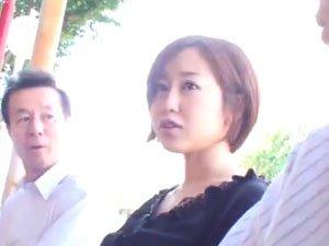 【篠田ゆう】バス内で痴漢男に手コキを強要される不運な若妻