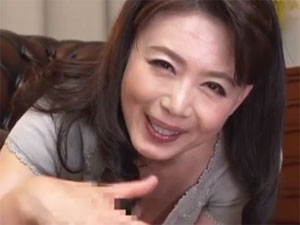 【三浦恵理子】娘の彼氏の肉棒をご自慢の手コキフェラテクで味わい尽くす熟女母