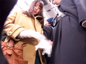 電車内で勃起させたチ○ポを周りにバレないように手コキ抜きする小悪魔美淑女