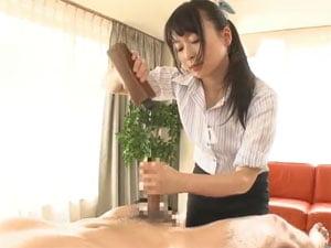 繊細な指使いとスローオイル手コキで射精に導くエステティシャン