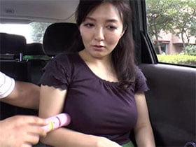 巨乳妻を車内に連れ込みなし崩し的にチンコしゃぶらせる!