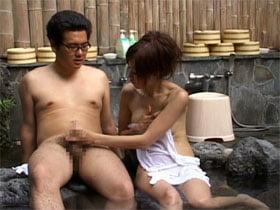 美淑女が混浴風呂でフニャチンから勃起したチンポを手コキしてたら暴発w