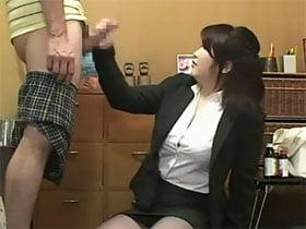 男性の勃起を鎮める為に手コキするエナジードリンク新人訪問販売員